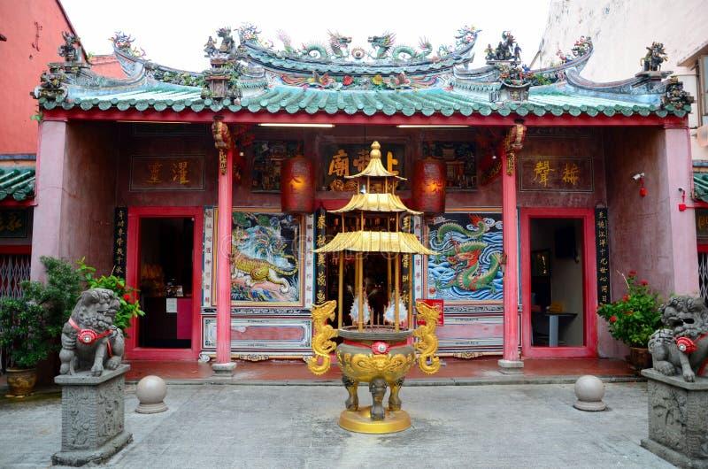 Złoty łzawica i strażowi lwy przy wejściem Chiński świątynny Kuching Sarawak Malezja obrazy royalty free