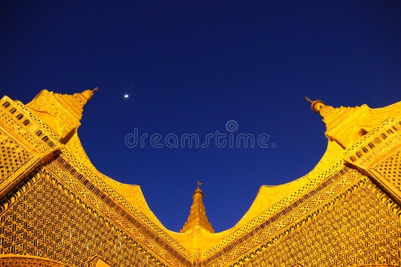 Złoty świątynia dach w Mynmar obrazy stock