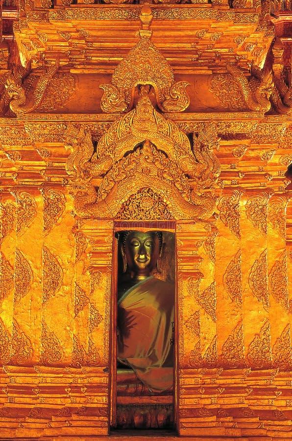 Złoty światło i świetność rzeźbić skomplikowanego wzór który jest Wata Phra Chao Lan pasek Przewodniczący roczny Buddha Vi zdjęcia stock