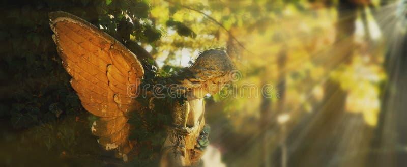 Złoty anioł w świetle słonecznym (antykwarska statua) obraz royalty free