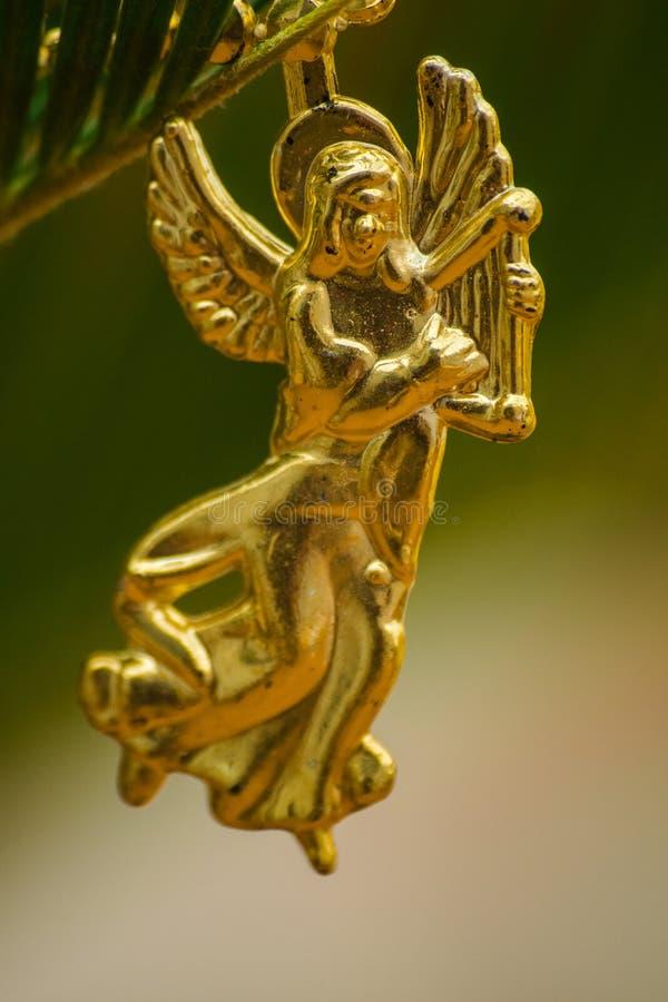 złoty anioł z harfą, choinki postać fotografia royalty free