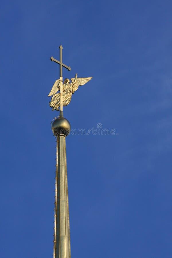 Złoty anioł z skrzydłami i krzyż Peter, Paul i, Petersburg, Rosja i Północny Europa w St katedra na górze iglicy zdjęcie royalty free