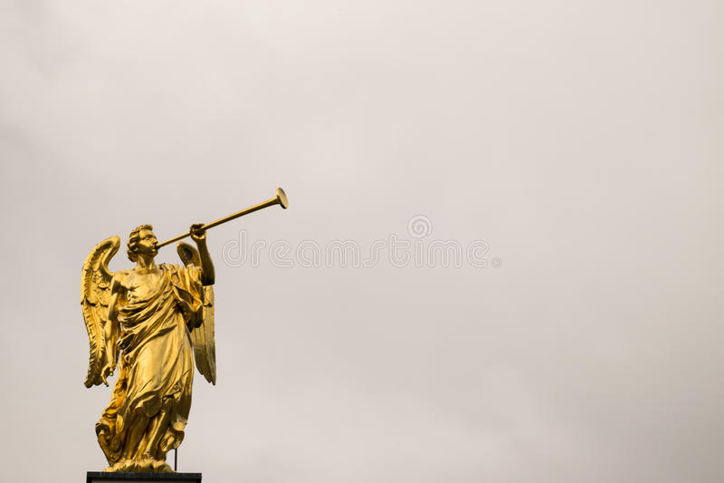 Złoty anioł z trąbki i kopii przestrzenią zdjęcia royalty free