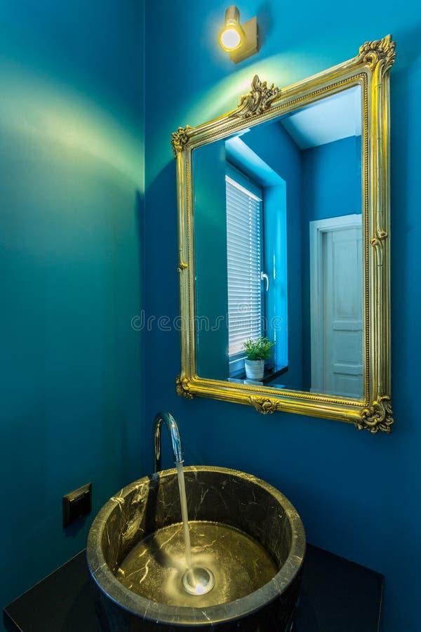 Złoty basen w łazience zdjęcie royalty free