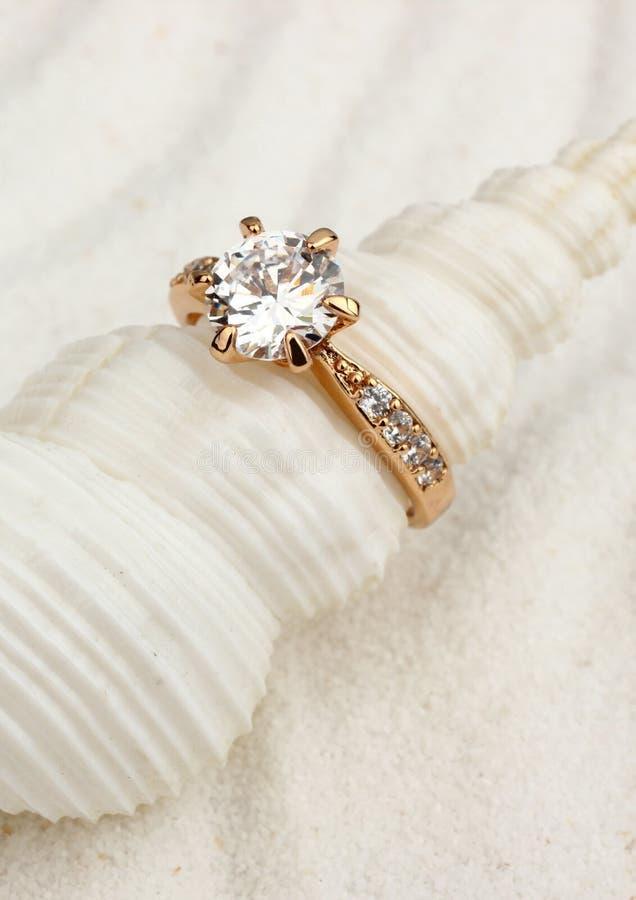 Złoty biżuteria pierścionek na białym seashell, makro- obrazy stock