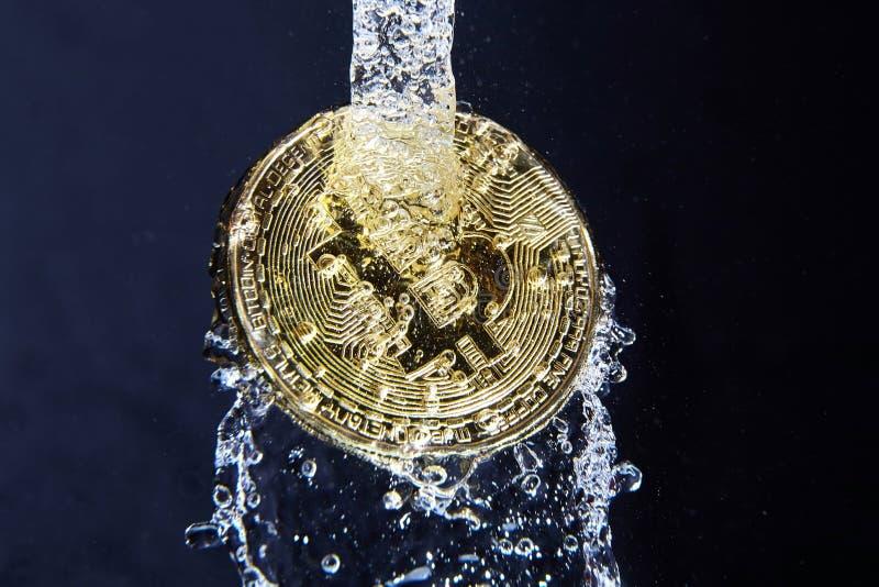 Złoty bitcoin i wodny pluśnięcie obrazy stock