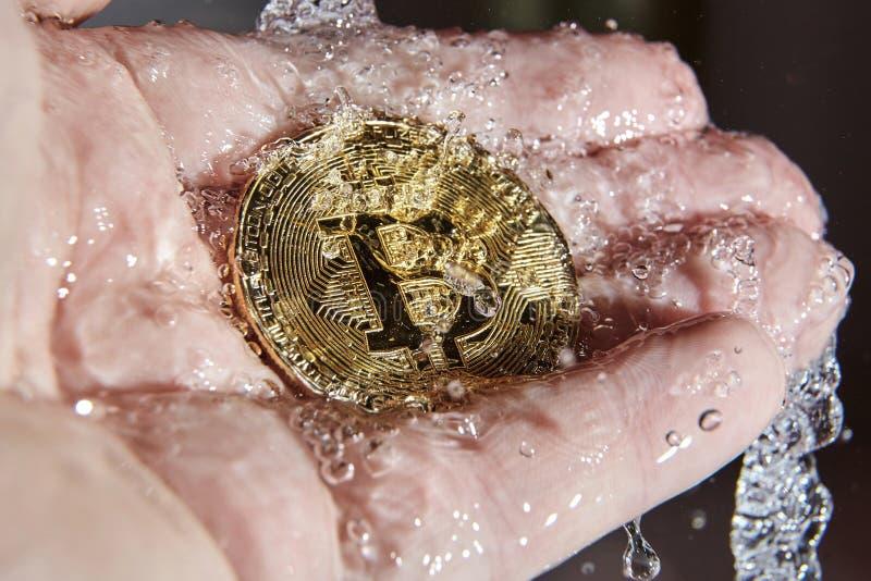 Złoty bitcoin i wodny pluśnięcie euro do czyszczenia pierze forsę do mycia fotografia royalty free