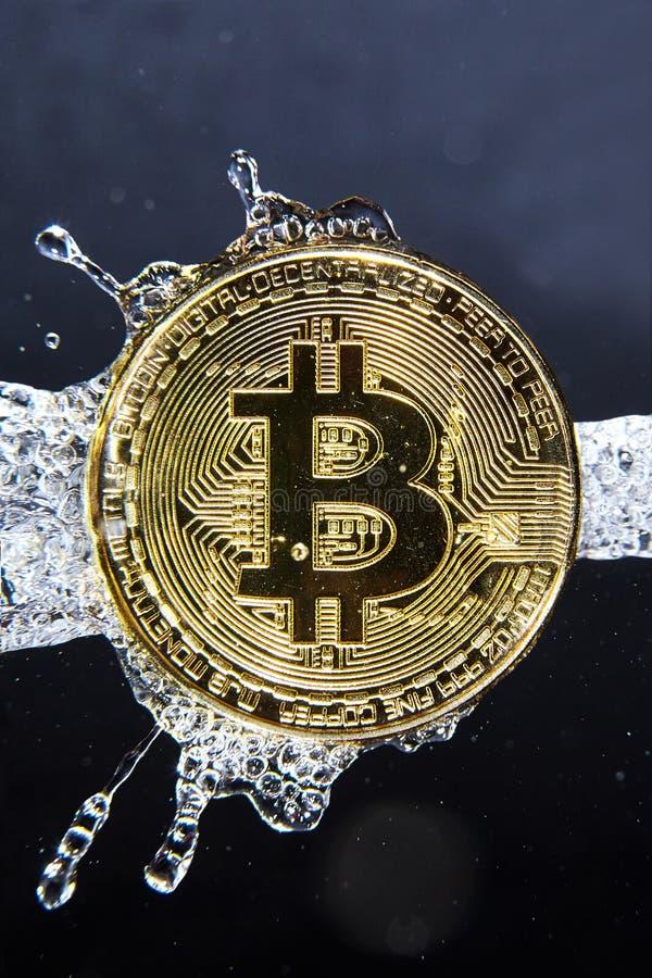 Złoty bitcoin i wodny pluśnięcie euro do czyszczenia pierze forsę do mycia zdjęcia stock