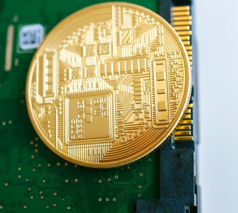 Złoty bitcoin na HDD związku interfejsie obrazy royalty free