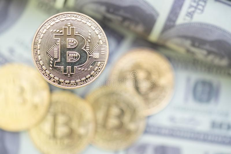 Złoty Bitcoin na USA dolarów banknotu tle obraz royalty free