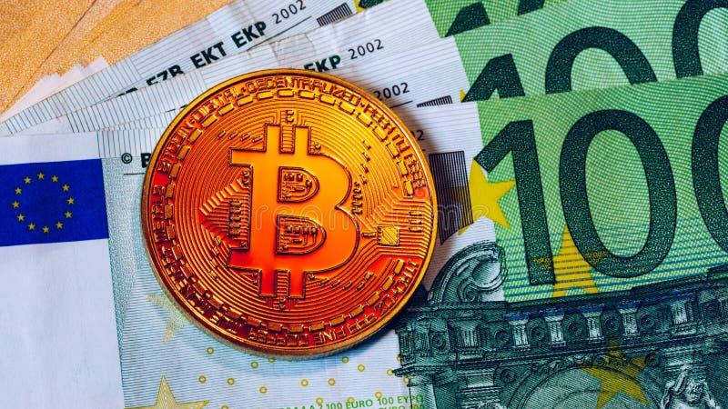 Złoty bitcoin nad Euro pieniądze Bitcoin cryptocurrency Crypto waluty pojęcie Bitcoin z euro rachunkami Bitcoins brogował na euro zdjęcia royalty free