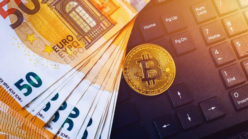 Złoty bitcoin nad Euro pieniądze Bitcoin cryptocurrency Crypto waluty pojęcie Bitcoin z euro rachunkami Bitcoins brogował na euro fotografia royalty free