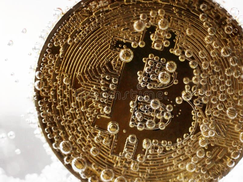 Złoty bitcoin z bąblami w wodzie fotografia stock