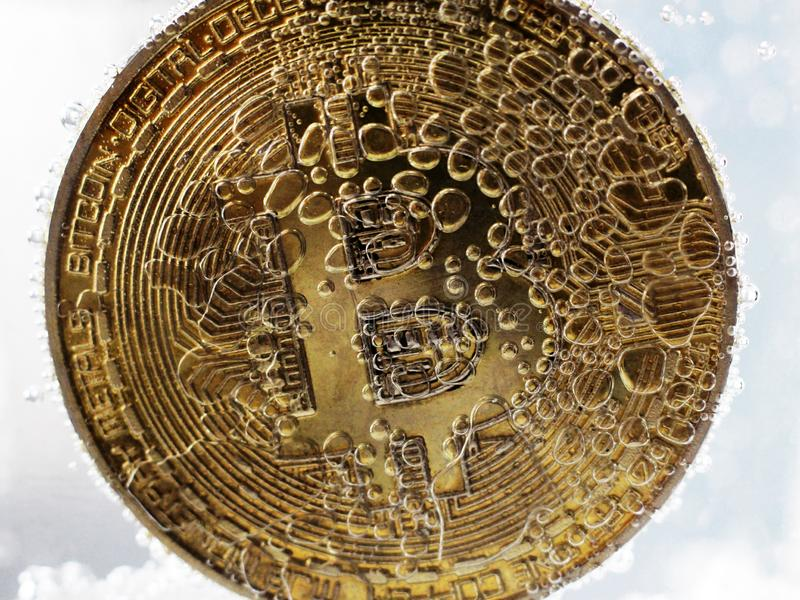 Złoty bitcoin z bąblami w wodzie obrazy stock