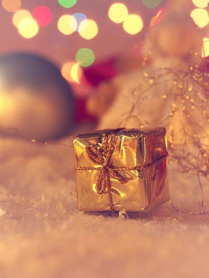 Złoty Bożenarodzeniowy prezenta pudełko w śnieżnym rocznika kolorze stylizował fotografia royalty free
