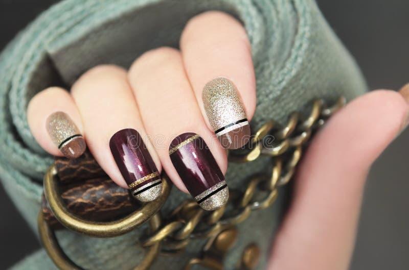 Złoty brown Francuski manicure fotografia stock