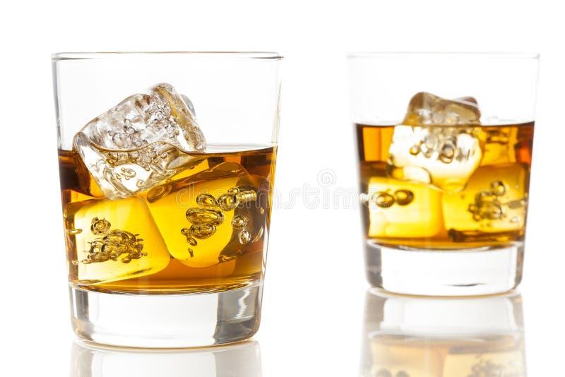Złoty Brown Whisky na skałach zdjęcia royalty free