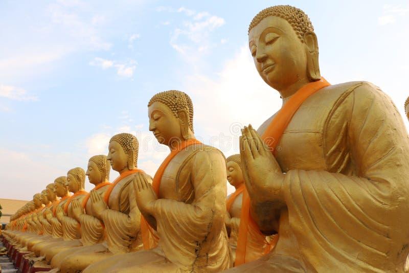 Złoty Buddha przy tajlandzką świątynią zdjęcia royalty free
