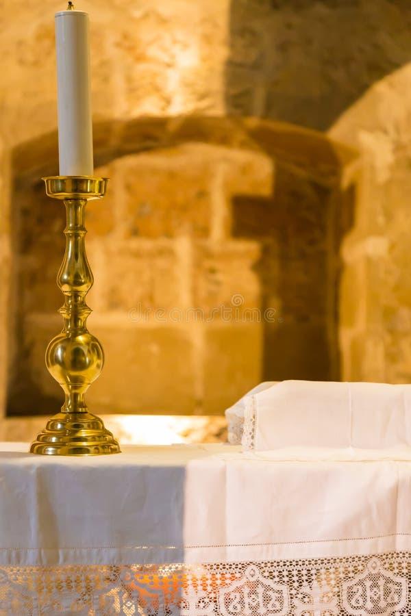 Złoty candlestick na kościelnym ołtarzu fotografia royalty free