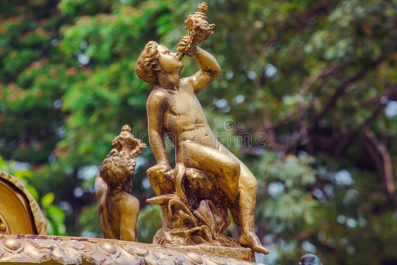 Złoty Chłopak statua na fontannie zdjęcia royalty free