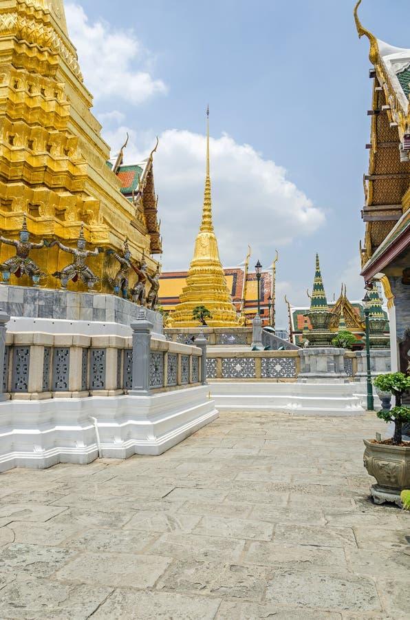 Złoty Chedi w Wacie Phra Kaew świątynia Szmaragdowy Buddha wśród Uroczystego pałac w Bangkok zdjęcia stock
