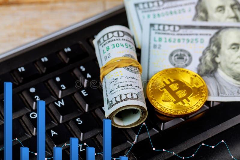 Złoty dogecoin cryptocurrency monety lying on the beach na stosie dolar amerykański gotówki banknoty, Złocista Bitcoin klawiatura zdjęcie stock