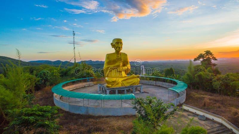 Złoty duży Buddha obok wzrosta sposobu zdjęcie stock