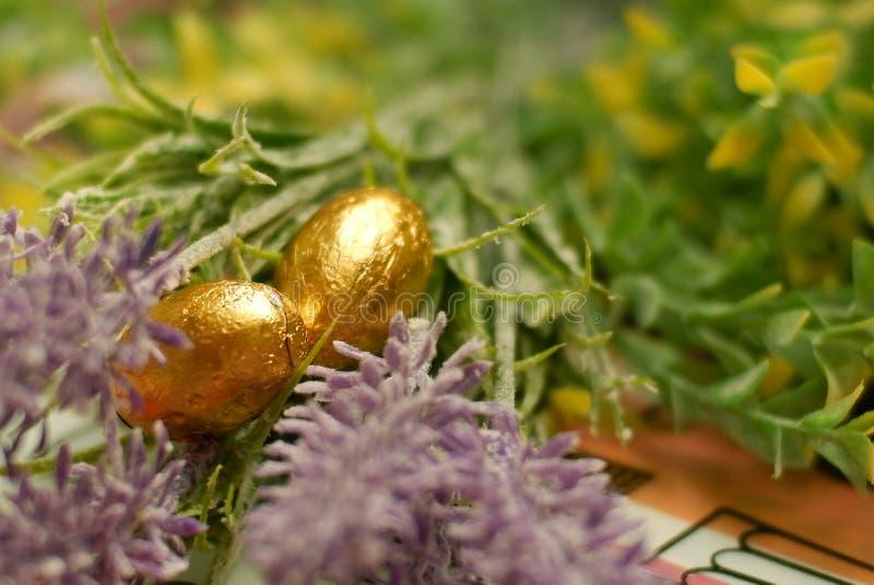 Złoty Easter jajko zawijający z złotą folią zdjęcie royalty free