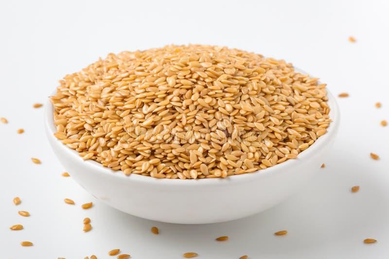 Złoty flaxseed w białym pucharze zdjęcia royalty free