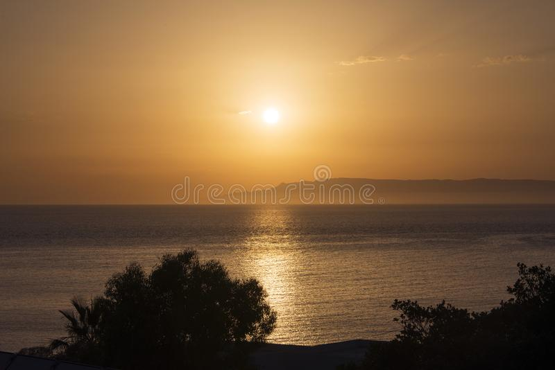 Złoty godzina zmierzch w magicznej wyspie Patmos i horyzont w lato czasie, Grecja nad seascape obraz royalty free