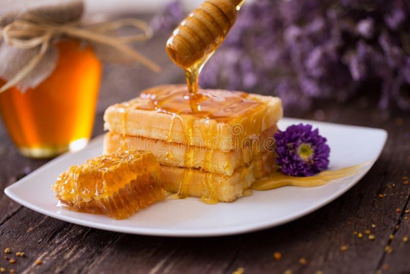 Złoty gofra i cukierki miód dla śniadania obrazy stock