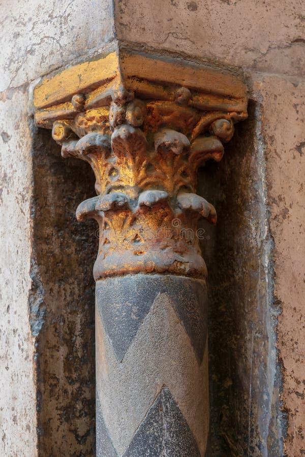 Złoty kapitał mała dekoracyjna kolumna z grawerować kwiecistymi inskrypcjami przy antycznym meczetem sułtan Hassan, Kair, Egipt obraz royalty free
