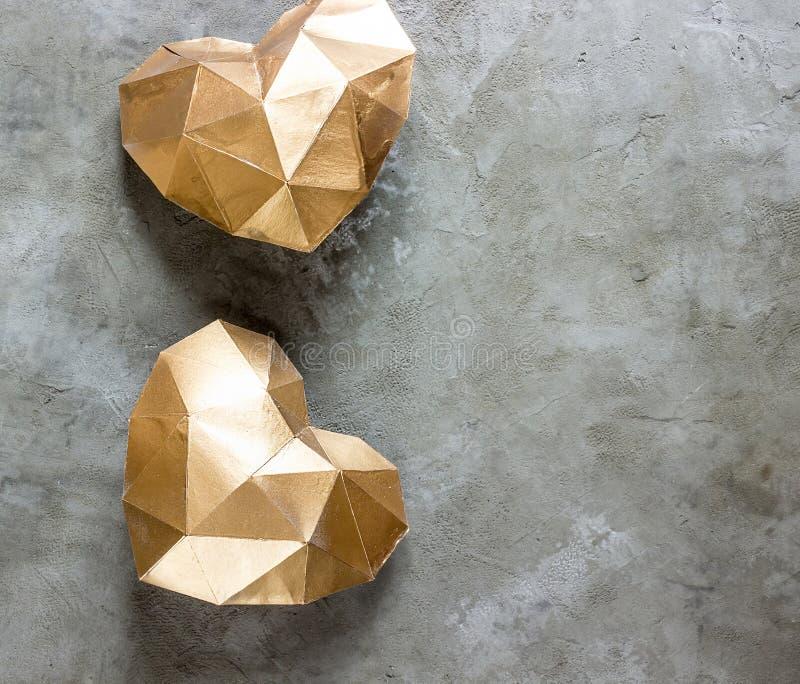 Złoty Kierowy Złoty serce na betonowym tle fotografia royalty free
