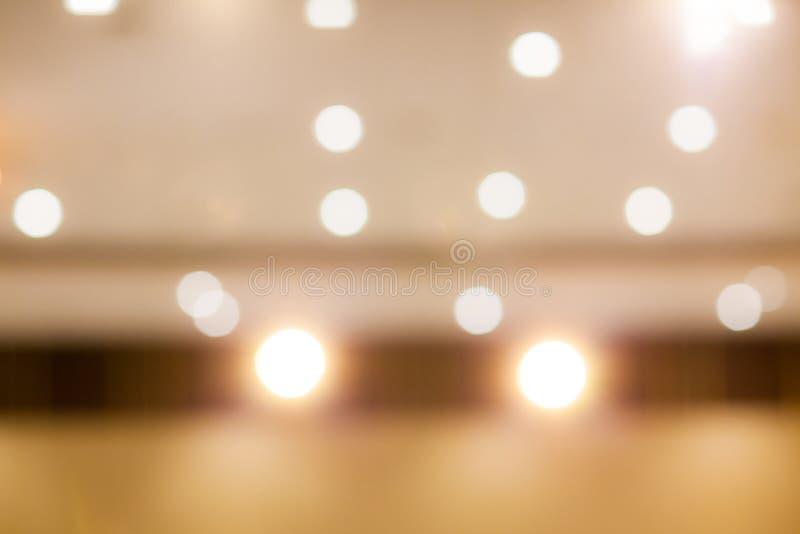 Złoty lekki bokeh wizerunek tworzący miękką częścią i plama projektujemy dla tła, zdjęcie stock
