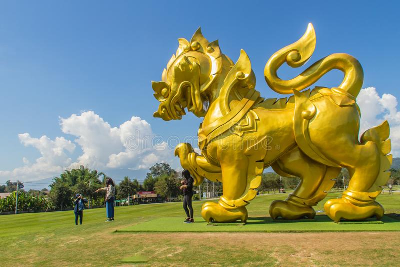 Złoty lew statuy logo pod niebieskim niebem i bielem chmurnieje backgrou zdjęcie royalty free
