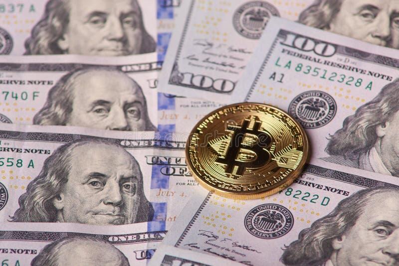 Złoty metalu bitcoin na dolarowych rachunków tle mnóstwo pieniądze w gotówce 100 dolarów tekstur kochany bitcoin tła menniczego z zdjęcia royalty free