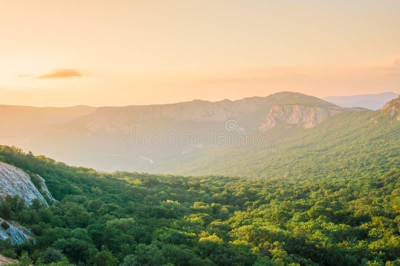 Złoty miękki światło zmierzch Nad Krymskimi górami zdjęcie royalty free