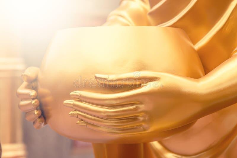 Złoty michaelita datków puchar w ręce fotografia stock