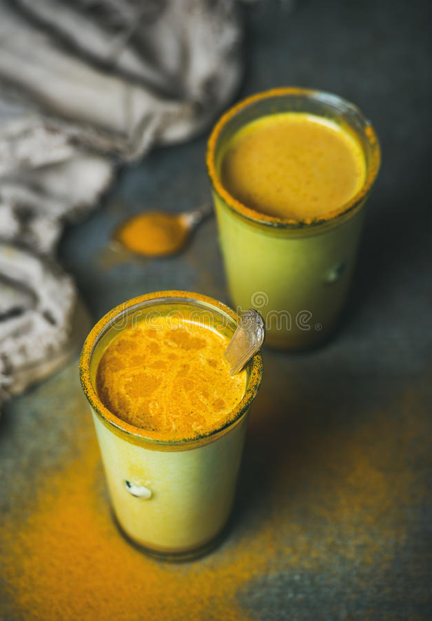 Złoty mleko z turmeric proszkiem, naturalny zimny walczący zdrowy napój zdjęcia royalty free