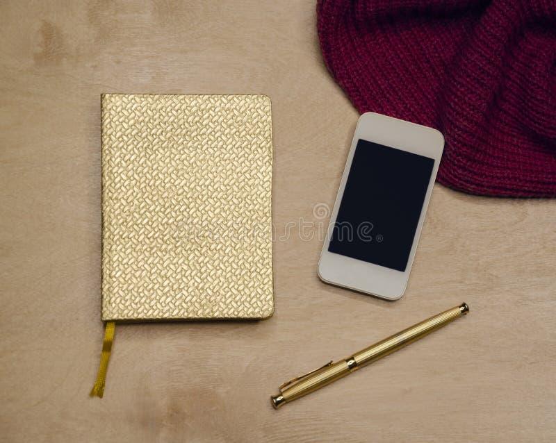 Złoty notepad dla notatek zdjęcie royalty free