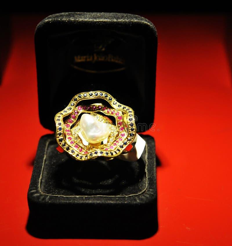 Złoty pierścionek - biel perła, Cenni kamienie, Czarny aksamita pudełko, sklep jubilerski fotografia stock