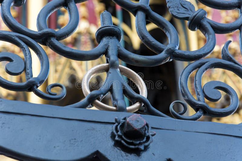 Złoty pierścionek przy fontanną fotografia royalty free
