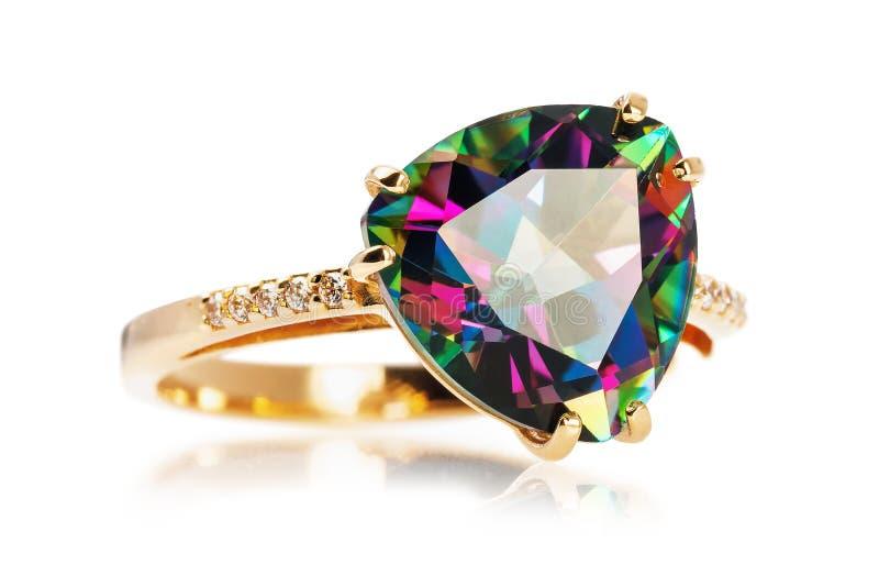 Złoty pierścionek z wielkim kamieniem iryzuje z różnorodnymi kolorami i diamentami odizolowywającymi, zdjęcie royalty free