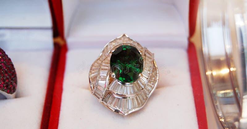 Złoty pierścionek z zielonym klejnotem fotografia royalty free