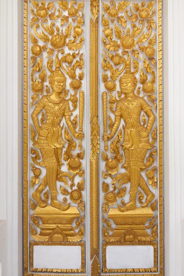 Złoty rzeźbi drzwi w świątyni obrazy stock
