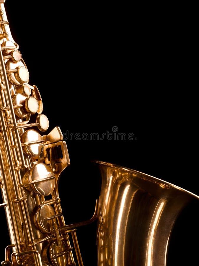Złoty saksofon na ciemnym tle obrazy stock
