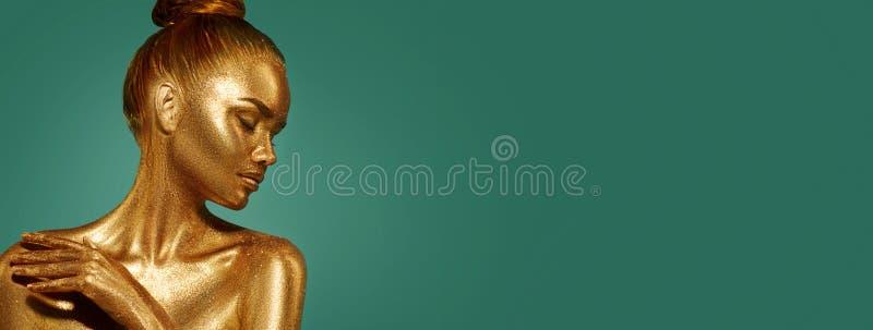 Złoty skóry piękna kobiety portret Moda modela dziewczyna z wakacyjnym złotym makeup zdjęcia royalty free