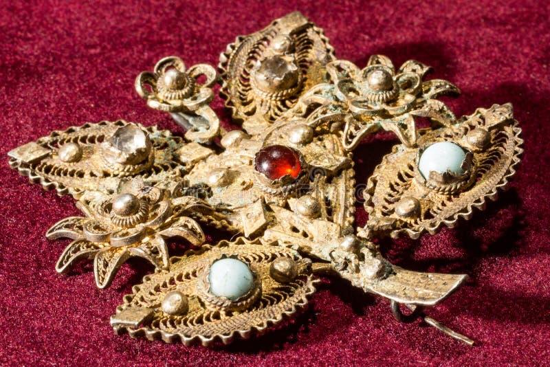 Złoty spojrzenie srebna broszka z gemstones obraz stock