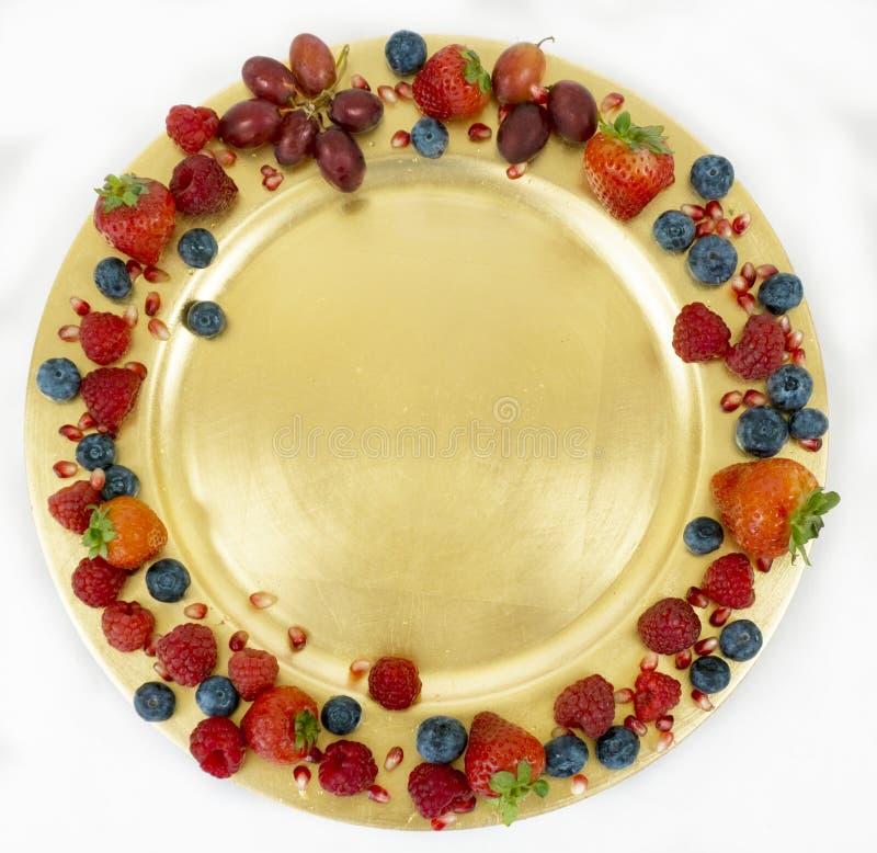 Złoty talerz z sezonową świeżą owoc z przestrzenią dla kopii zdjęcie stock