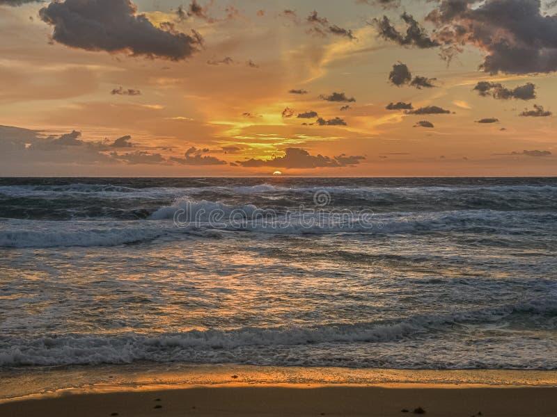 Złoty wschód słońca jaśnienie na Tocznych falach obrazy stock